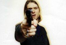 Kurt Cobain apuntando con una pistola