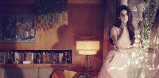 Lana del Rey contra la ventana en una casa antigua