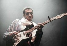 Bombino tocando la guitarra