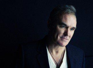 Morrissey con fondo negro