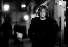 Nacho Vegas en blanco y negro andando por la calle de noche.