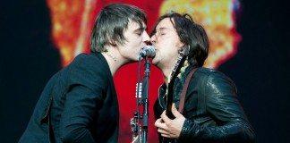 Pete Doherty y Carl Barât cantan en directo.