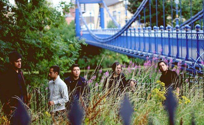 The Polar Dream junto a un puente azul.