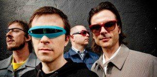 Weezer con gafas de sol de colores