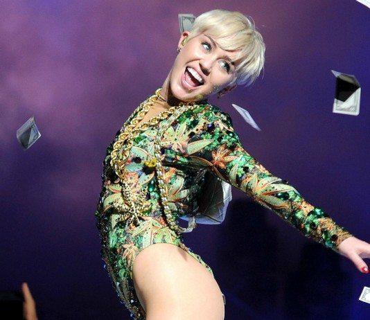Miley Cyrus en concierto con billetes en el aire
