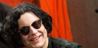 Jack White sonriendo con gafas de sol