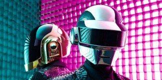 Daft Punk con luces rosas y verdes