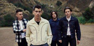 Arctic Monkeys caminando con montañas de fondo
