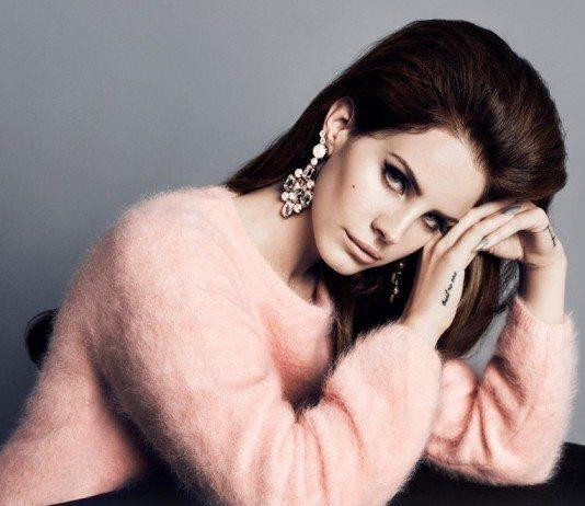 Lana del Rey con un jersey rosa