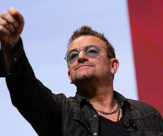 Bono de U2 con el brazo en alto