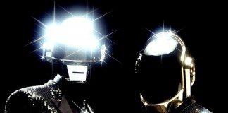 Daft Punk en un fondo negro con reflejos en el casco