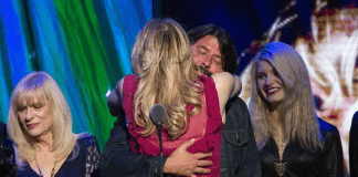 Abrazo de Courtney Love y Dave Grohl