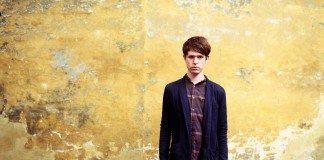 James Blake con pared amarilla