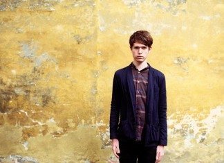James Blake con pared amarilla