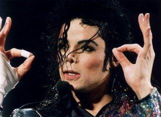 Michael Jackson con chaqueta brillante