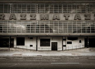 Puerta de Razzmatazz Club en blanco y negro