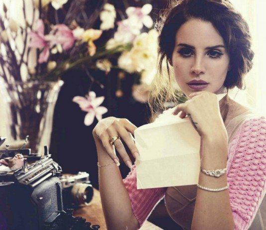 Lana Del Rey con una hoja de papel y una máquina de escribir