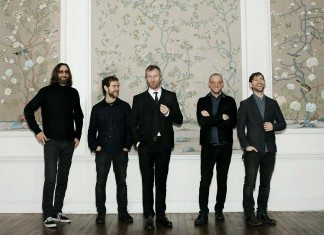 The National en una pared con estampados