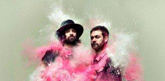 Tom Meighan y Sergio Pizzorno de Kasabian llenos de polvo rosa.