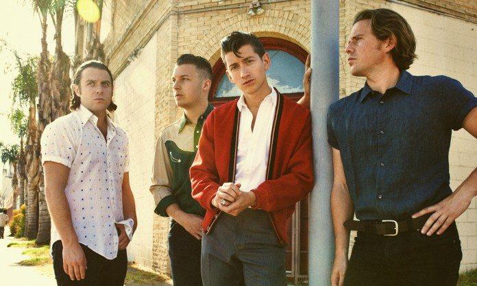 Arctic Monkeys con una farola en la calle
