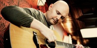 Billy Corgan tocando la guitarra acústica
