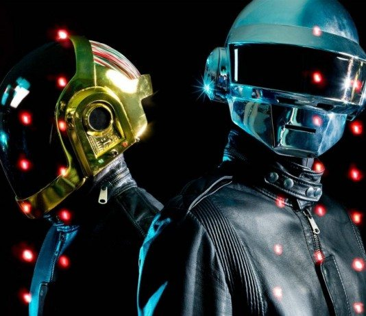 Daft Punk sobre luces rojas.
