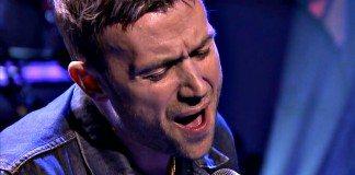 Damon Albarn cantando en directo en el programa de Jimmy Fallon.