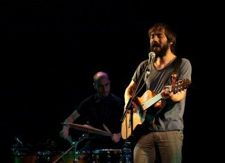 Enric Montefusco de Standstill toca la guitarra en el auditorio de La Casa Encendida de Madrid.