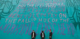 Foster the People en una pared con letras