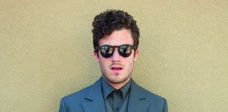 Nicolas Jaar con gafas de sol