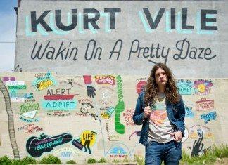 Kurt Vile posando con el mural