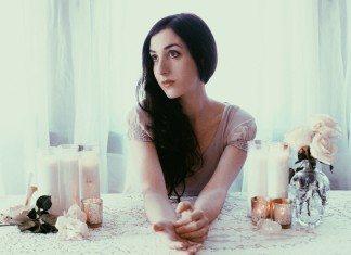 Marissa Nadler en una mesa con velas y flores