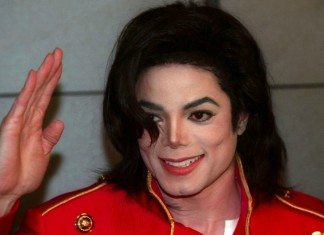 Michael Jackson saludando con una chaqueta roja