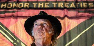 Neil Young con sombrero y cazadora de cuero.