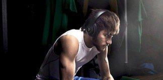 Neymar sentado en el vestuario con unos cascos Beats.