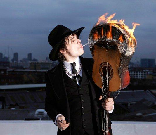 Pete Doherty enciende un cigarro con una guitarra ardiendo.