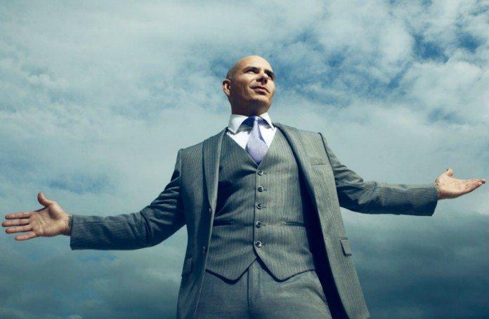 Pitbull en traje de chaqueta bajo el cielo.
