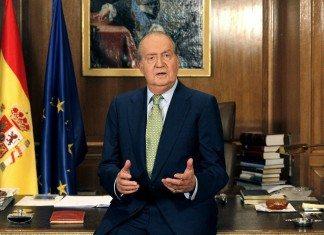El Rey Juan Carlos I dando el mensaje de Navidad en su despacho.