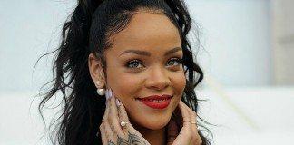 Rihanna posando con las manos en la cara.