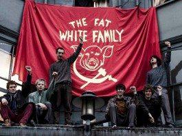 The Fat White Family alzan el puño junto a su bandera roja.