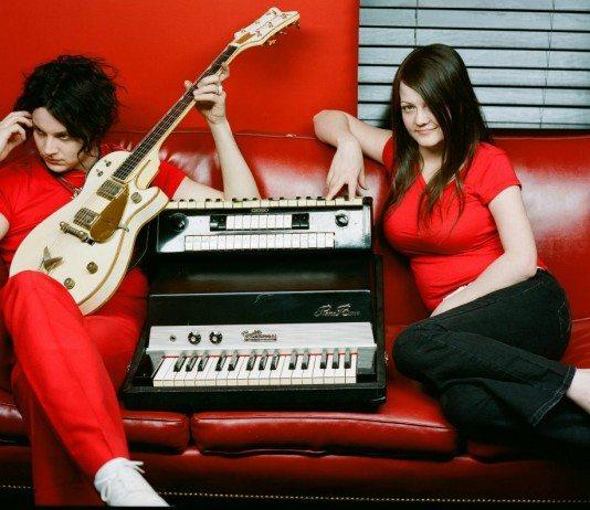 The White Stripes sobre un sofá con una guitarra y un acordeón.