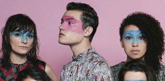 Moodoïd con las caras pintadas en una pared rosa
