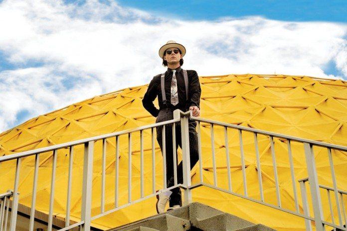 Jack White en una escaleras delante de una cúpula amarilla