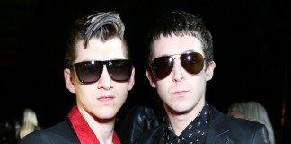 Alex Turner y Miles Kane en una fiesta con gafas de sol