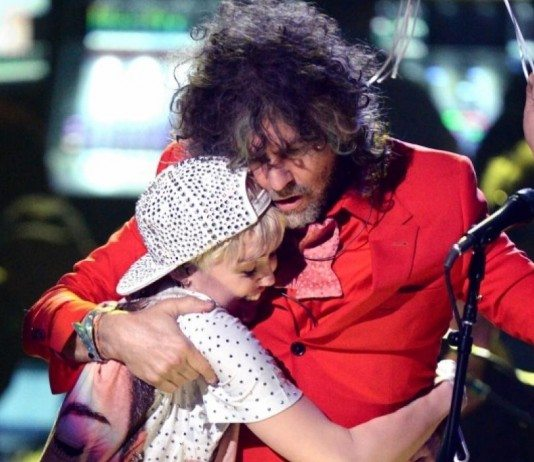 Wayne Coyne abraza a Miley Cyrus