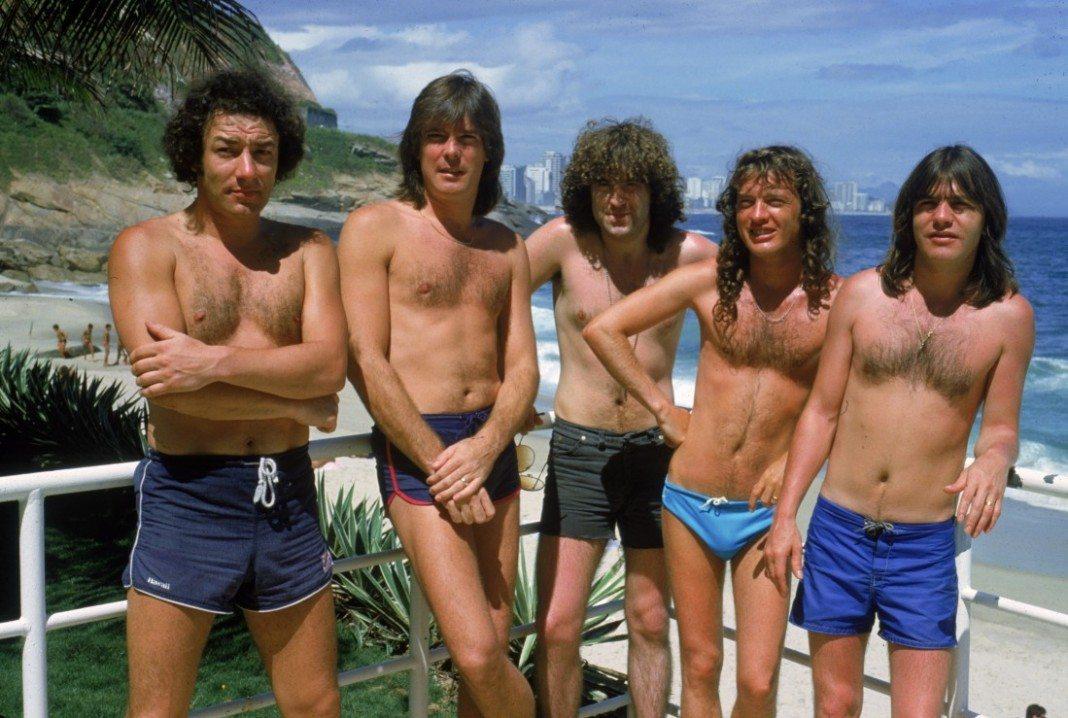 AC/DC en bañador en la playa