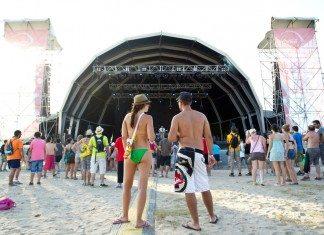 Público del festival Arenal Sound frente al escenario