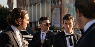 Arctic Monkeys con trajes negros en la calle