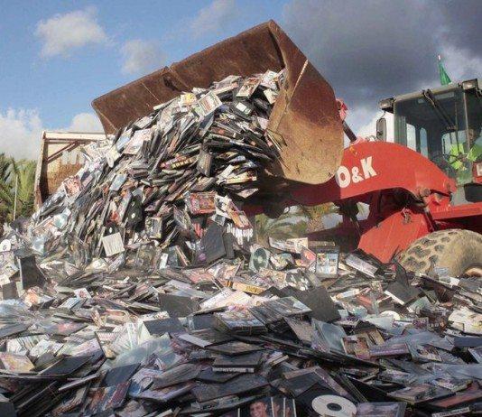 Una excavadora en un vertedero de CD's