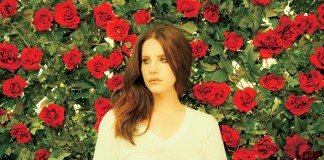 Lana Del Rey con rosas de fondo